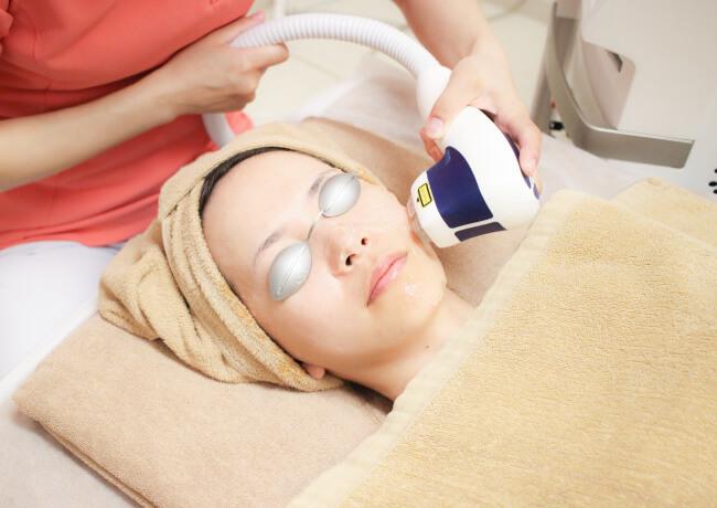 大西メディカルの美肌治療で使用するスキンリジュビネーション(メディオスター)で施術している様子