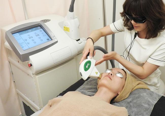 大西メディカルで使用する光治療機器の施術写真
